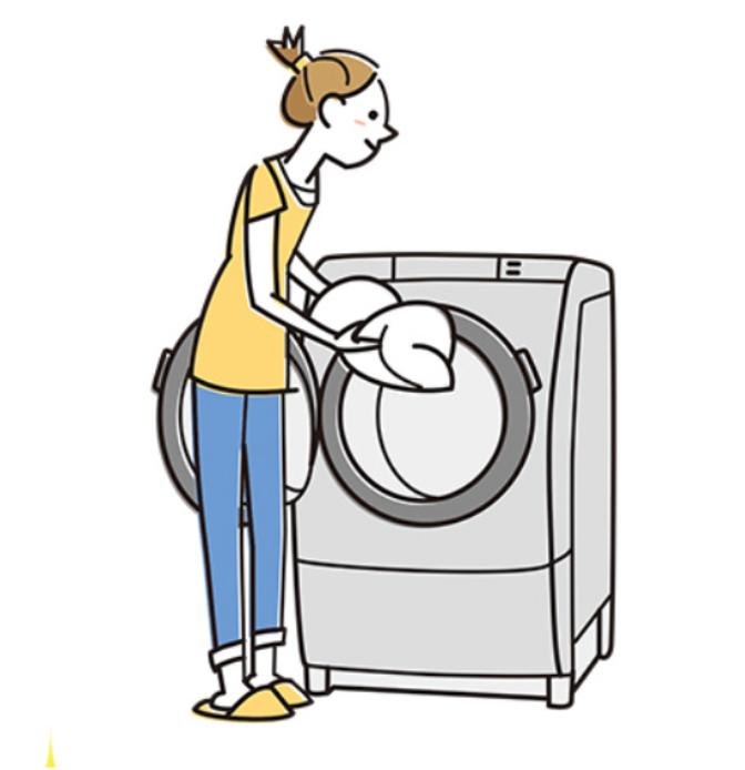 カーテンを洗濯機に入れる様子