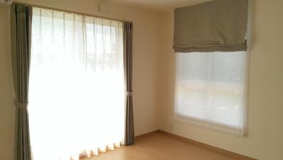 大きなまどと腰窓に変化を持たせるときは、 カーテンとシェードの組合せがおすすめです!