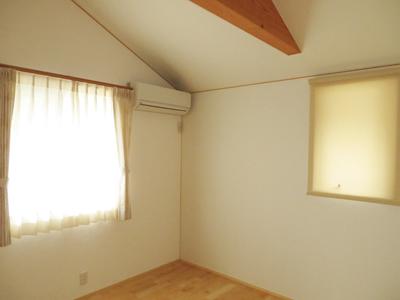 カーテンと同系色のロールスクリーンにすることで、 空間にまとまりが生まれます。