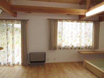 ベージュ色のドレープカーテンがお部屋にまとまりを持たせています。