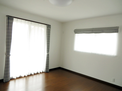 寝室は、シェード+カーテンの組合せ。