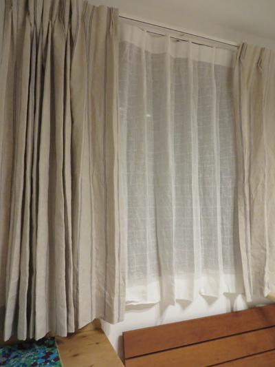 寝室は麻のレースとストライプのカーテン