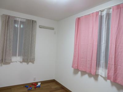ビビットな麻のピンクがお部屋のアクセントに。
