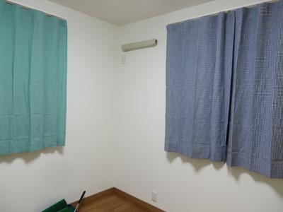 同じ部屋でカーテンの種類を変えても同じ色見で合わせると、 丁度いい変化に!素敵です!