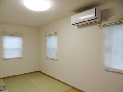 寝室はシェードです。 厚地の生地とレースの生地がおそろいです。