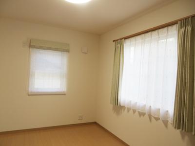 小窓はシェード、大きな窓はカーテンの組合せ。