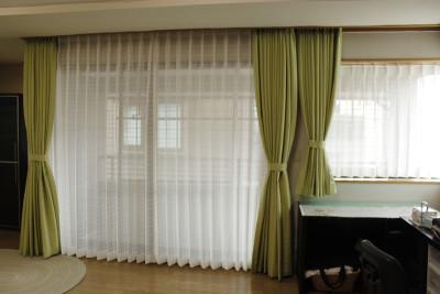 寝室は、ナチュラルな緑色と、シンプルなボーダーレースとの組合せ。