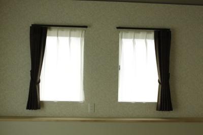 リビングの掃き出し窓は、サイドカバーという「キラッ」としたシルバーの部品を装着!