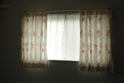 白いアイアン調のレールが、お窓をより素敵に魅せます!