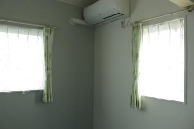 男の子のお部屋は、ドットがかわいいレースカーテンに、ふくろう柄のドレープカーテン。
