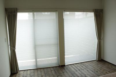 リビングの大きなお窓には、プリーツスクリーンのレースと ドレープカーテンの組み合わせ