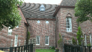 ウイリアムモリスが新婚時代に過ごしたといわれているレッドハウスをもとに 建てられているんです