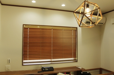 腰窓はすっきりと、竹製ブラインドで
