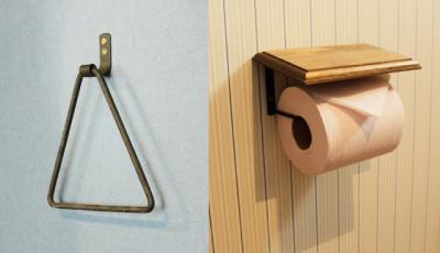 トイレには、カーテンズで販売しているタオルハンガーとトイレットペーパーホルダー