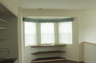 1階の3連小窓のちょうど真上にあたる2階の3連小窓も、同一生地でまとめました
