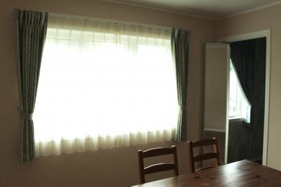 お子様部屋とお揃いカーテンのグリーンです