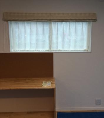 レースカーテンは枠の内側に。 シェードは、お勉強や作業の邪魔にならないように、 窓から下に垂らす生地の丈をいつもよりも短めにしました