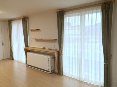 クラシックな柄のグリーンのドレープがお部屋を程よく引き締めて、 上質な空間にしてくれています