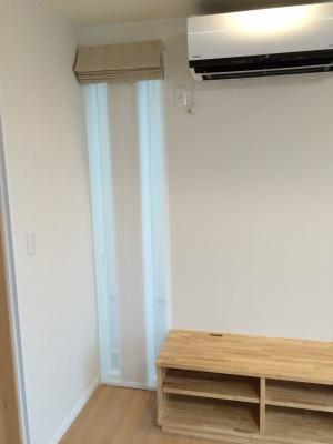 リビング①と同じ空間にある縦長窓。 ①柄に使われている色に近い色味の無地の生地