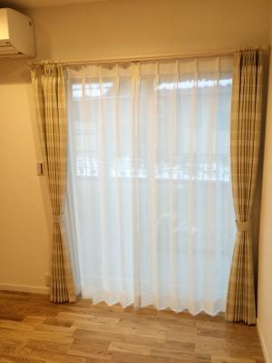1階と2階を同じカーテンにすることで、空間に統一感を持たせました