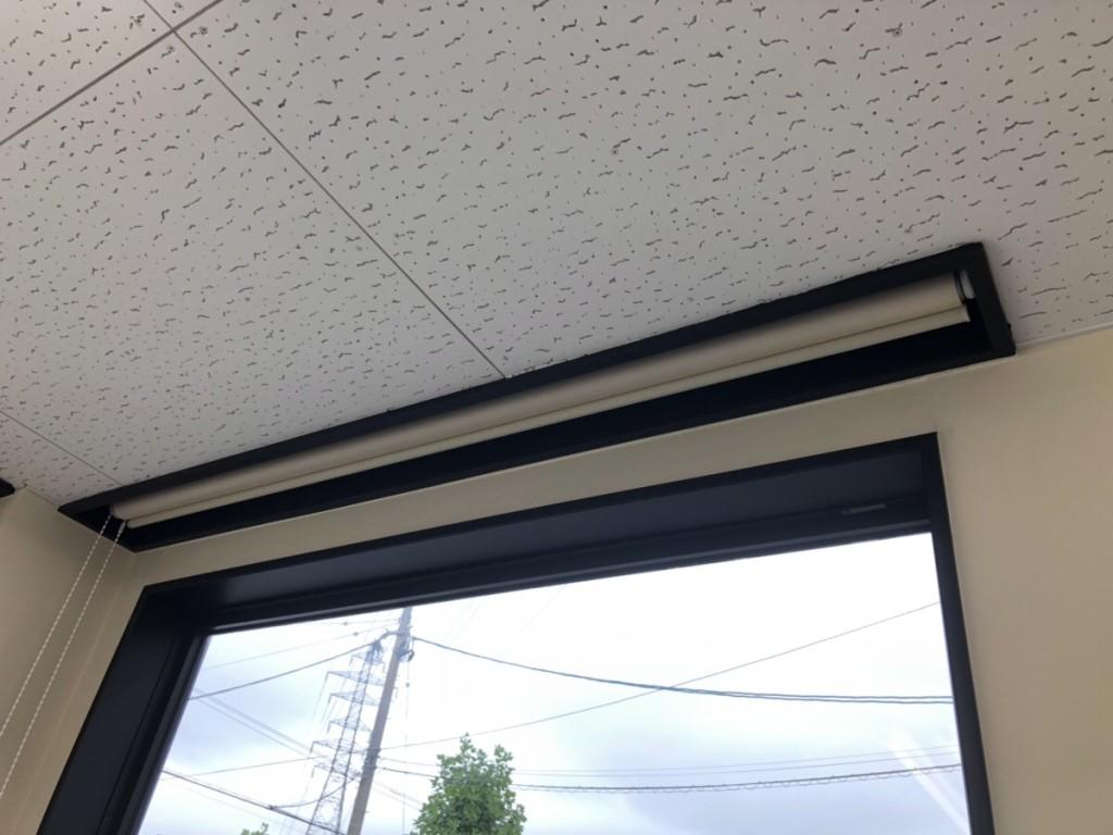 天井にスッポリおさまったロールカーテン