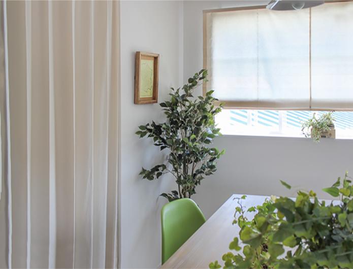 カーテンと同じ生地のシェードでお部屋に統一感