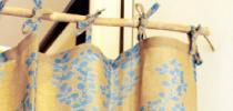 レールに結ぶタイプのカーテンです。カーテン上部がリボンになっているのでナチュラルでかわいらしいイメージです。