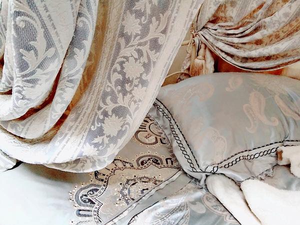 優美でエレガントな花の織柄がクラシック ダリアストライプ(BL)クラシックカーテン